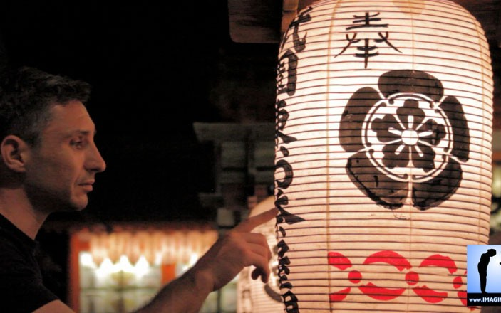 Lanterne dans temple shinto à Kyoto