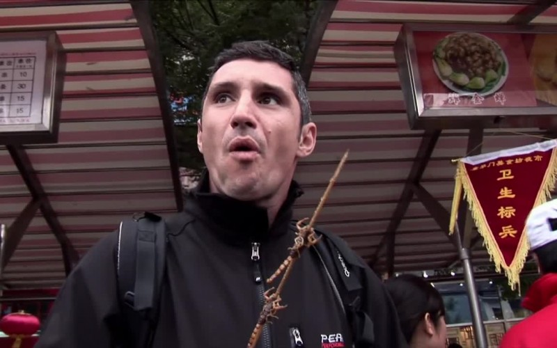 Lionel Froidure mange des scorpions en Chine
